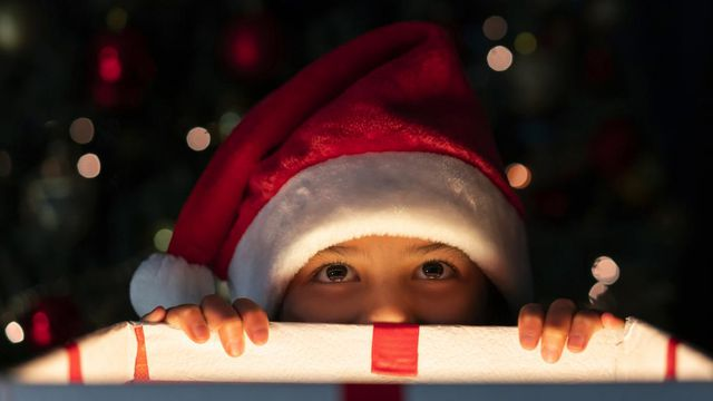 Tell Us About Your Personality And We Ll Tell You What Colors To Decorate Your Christmas Tree With Howstuffworks